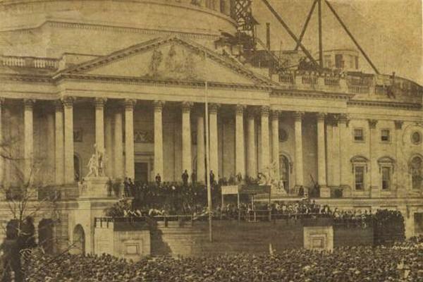 第16代大統領エイブラハム・リンカーンの最初の就任式を捉えた写真が公開