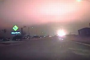 真夜中の空を明るく照らし出す、米で起きたガス爆発の映像がすさまじい