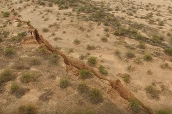 アリゾナの砂漠にある巨大な裂け目、ドローンで捉えた映像が公開される