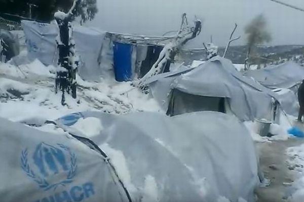雪に覆われたギリシャ、夏用のテントで過ごす難民らが命の危険にさらされている