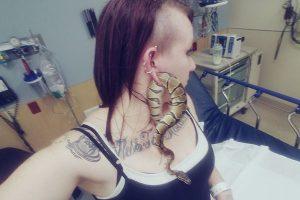 「人生で最もクレージーな瞬間だわ」耳たぶの穴からヘビが抜けなくなった女性が話題に
