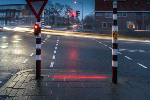 下を向いていても「赤」だと気づく、「歩きスマホ」用の信号がオランダに設置される