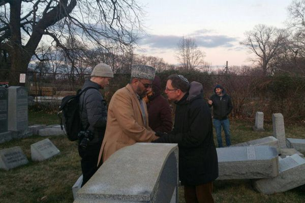 墓石を破壊された米のユダヤ人のために、イスラム教徒が修復の支援を申し出る