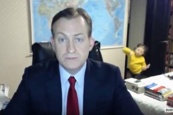 ニュースの生放送中にハプニング!突然部屋に子供が楽しげな様子で入ってきた