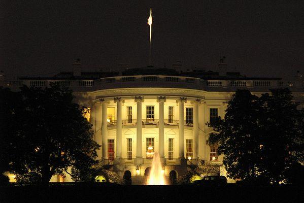 車に爆弾を積んでいると主張する男が、ホワイト・ハウスの入口で拘束される