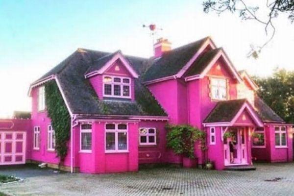 民泊サービスで利用できる、ピンクに彩られた施設が話題に