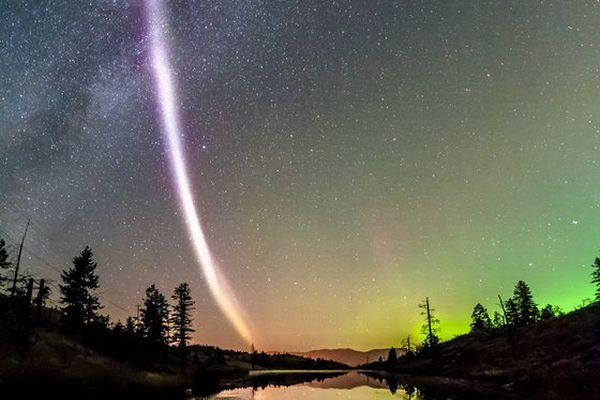 夜空に浮かぶ不思議な薄紫の帯、新しい発光現象の詳細が調査で明らかに