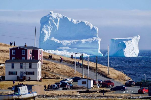 「で、でかすぎる!」巨大な氷山がカナダの沖合に現れ話題に