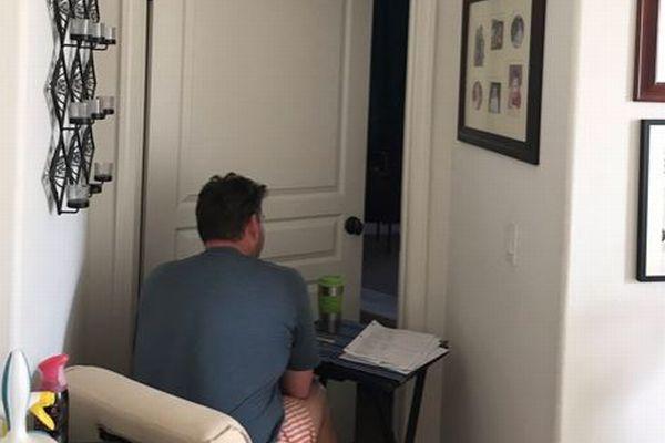 「できる限り妻のそばにいたい」寝室の前に座る父の姿を捉えた1枚の写真が素敵