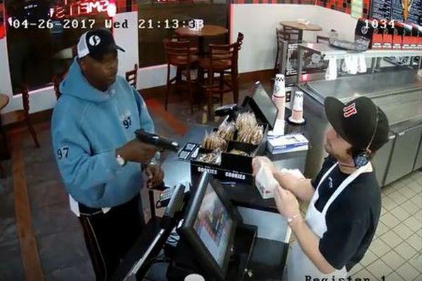 スーパー・クールな店員、強盗犯から拳銃を突きつけられるも動じず