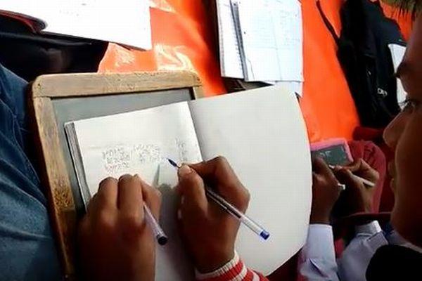 インドの学校で驚異の「両手書き」をこなす子供たちがスゴイ!