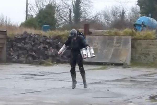 手や背中に小型エンジンを装着し宙に浮く、英企業が開発中のジェット・スーツがユニーク