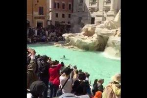 イタリアの観光名所「トレビの泉」を裸で泳いだ男が逮捕される