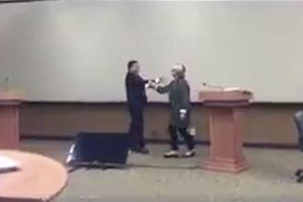 大統領選の時にトランプ氏のハグから逃れるためヒラリー氏が練習、その動画が話題に