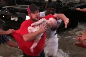 洪水に飲み込まれた車内に赤ちゃんが!男たちが力を合わせ間一髪で救出