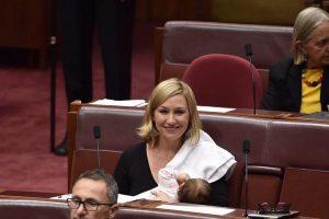 豪で初めて女性の国会議員が、連邦議会の場で赤ちゃんに授乳し話題に