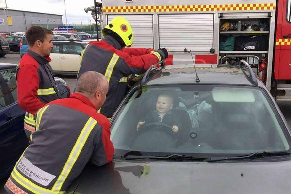 車内に閉じ込められた赤ちゃん、ハンドルを握り笑顔を向ける姿がユニーク