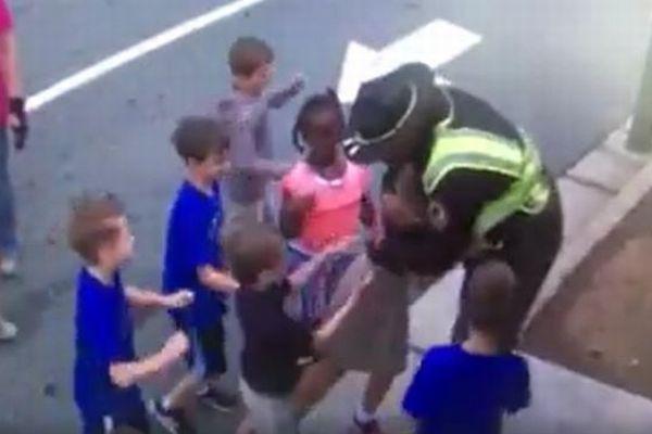 米の学校で子供たちが警備員に次々とハグ、学年最後の日に別れを告げる場面が感動的