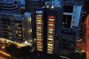 まるでミニカーの陳列棚!シンガポールにあるスーパーカーの自動販売機のビルが面白い