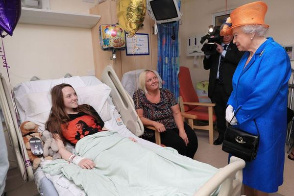 エリザベス女王が英自爆テロで負傷した子供らをお見舞い、病室を直接訪問