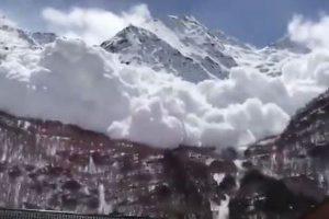 雪崩の発生に伴い、山から巨大な雪煙の迫ってくる姿が大迫力