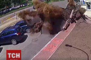 ウクライナで水道管が破裂、地面が隆起し大爆発したかのような映像が凄まじい