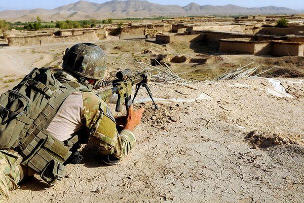 英の特殊部隊SASのスナイパーが、2.4キロ先にいるISISのスナイパーを撃ち抜く