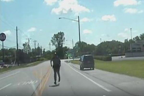 「待ってくれ~!」バックするパトカーに気づき警察官が慌てて追いかけていく