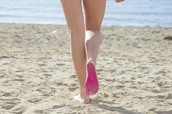 ビーチでサンダルはもういらない?足裏に貼りつけるだけのソールがユニーク