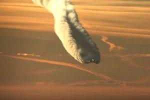 まるで爆発したかのよう、大量の飛行機雲に覆われて進む旅客機が目撃される