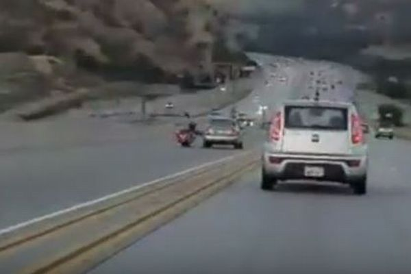 バイクと車が走行中にトラブル、その結果予想を超える大事故が発生