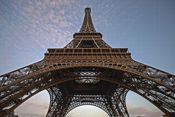 仏のエッフェル塔にジップ・ラインを開設、パリを見下ろしながら急降下