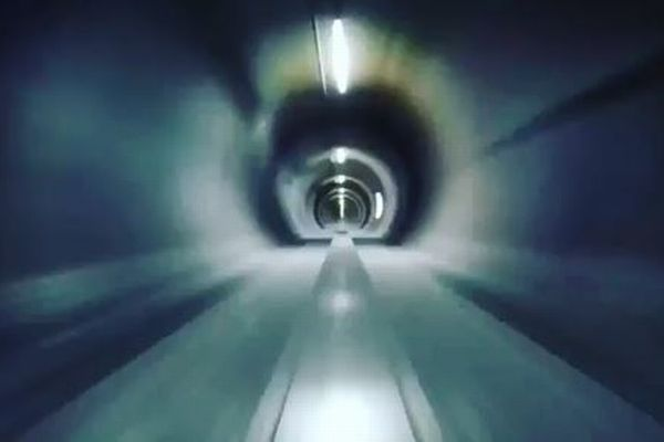 「ハイパーループ」が時速320キロを達成、チューブ内を走行する姿が迫力満点