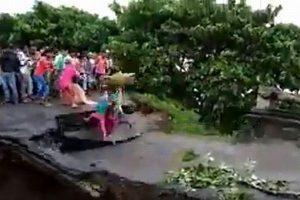 親子が渡りかけた瞬間に橋が崩壊、母と子供が濁流に流される