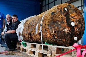 ドイツで発見された1.8トンの巨大な不発弾、1.5キロ圏内の6万人が避難