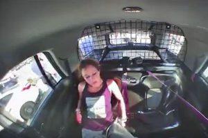 逮捕された女が手錠を外し、パトカーを奪い逃走…その一部始終を捉えた映像が公開される