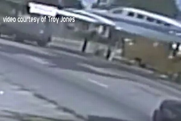 突然、空から飛行機が…走行中の車に墜落するも奇跡的にケガ人なし【動画】