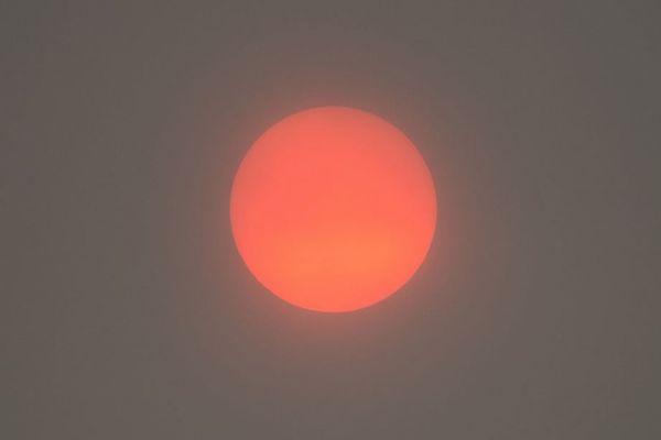ハリケーンの影響で英上空に異様な色をした太陽が出現、街全体も黄色に