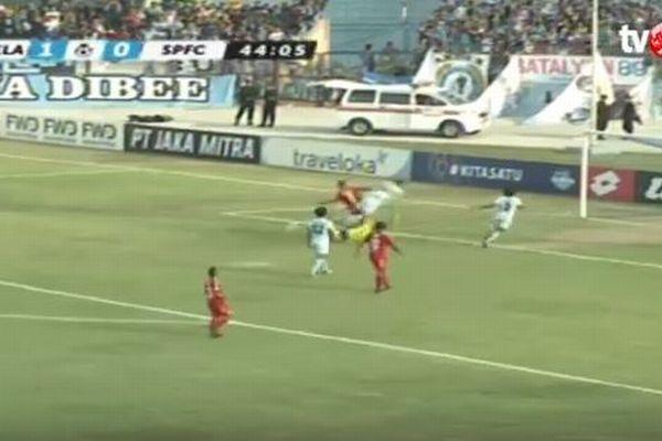 サッカーの試合中にディフェンダーと衝突したキーパー、病院へ搬送後に死亡