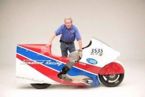 66歳の男性が平均時速457キロで走破、バイクでの高速記録を打ち立てる