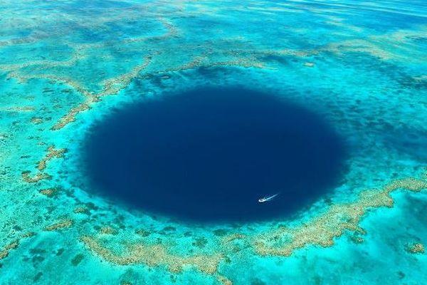 ダイバーも仰天!オーストラリアの海で巨大な「ブルーホール」が発見される