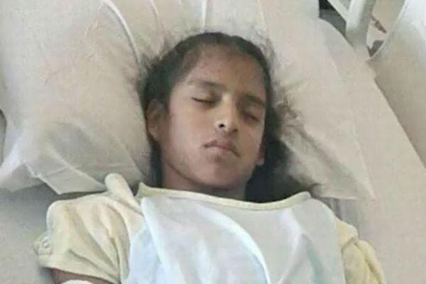 脳性まひの少女が病院のベッドで捕らえられて収容される。理由は「不法滞在者だから」