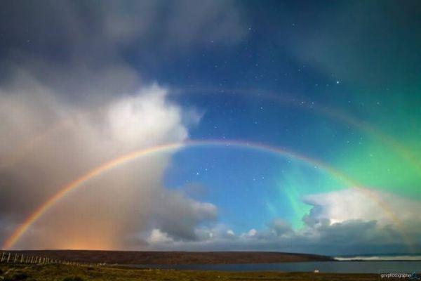 オーロラに夜の虹、しかもダブルアーチ!イギリスの島で奇跡の光景が目撃される