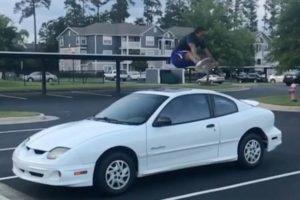 車も広い道路も軽々飛び越える、驚異の跳躍力を誇る男性の動画がスゴイ