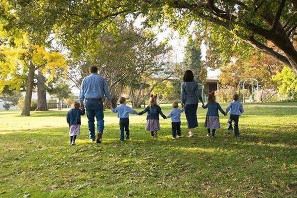 子宝に恵まれない夫婦が養子縁組を決意、三つ子を迎えた後に起きた奇跡の話が感動を呼ぶ