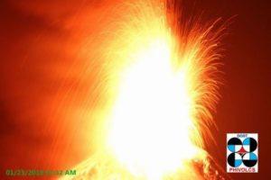 比のマヨン山が巨大爆発、火口から大量のマグマが噴出【動画】