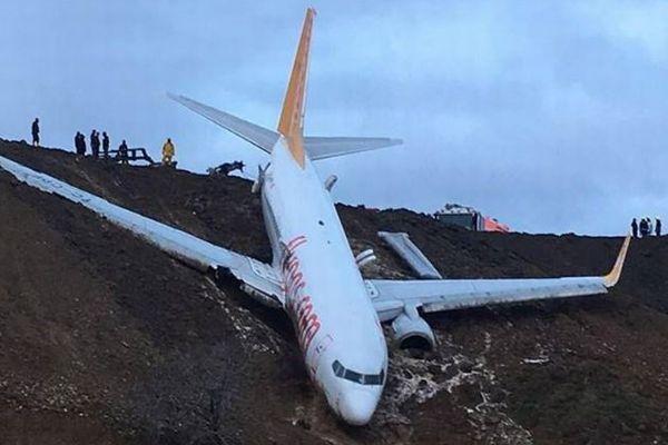 トルコの空港で旅客機が滑走路脇の斜面へ落下、奇跡的にもケガ人なし