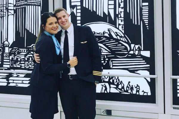 フライト前のアナウンスで、パイロットがCAの彼女にプロポーズする映像が感動的