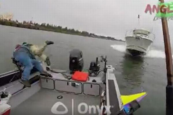 釣りをしていた小船にスピードボートが激突、その瞬間の映像が衝撃的