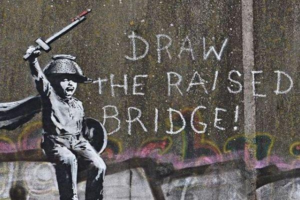 覆面アーティスト「バンクシー」の新作、英の橋に描かれているのが発見される
